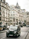 Taxis del negro de Londres en la calle de Oxford Imagen de archivo libre de regalías