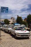 Taxis, die Anwäter für Segen in Copacabana, Bolivien stehen Stockfotografie