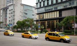 Taxis, die auf Straße in Taipeh, Taiwan parken Stockfotografie