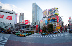 Taxis die de straten, Shibuya in Tokyo kruisen Stock Afbeelding