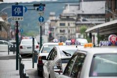 Taxis die in lijn wachten stock foto's