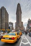 Taxis in een straat met het strijkijzergebouw op de achtergrond Royalty-vrije Stock Foto's