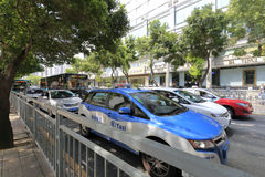 Taxis eléctricos azules en la calle de la muchedumbre de la ciudad de Shenzhen Imagen de archivo