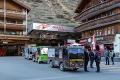 Taxis eléctricos en Zermatt, Suiza Foto de archivo libre de regalías