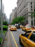 Taxis en avenida de parque fotos de archivo