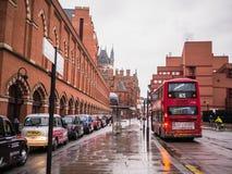 Taxis en bus op regenachtige straat buiten St Pancras Post, Bloomsbury, Londen Royalty-vrije Stock Afbeeldingen