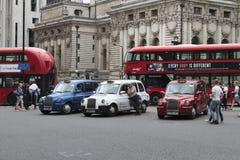 Taxis en bussen die op vervoerprijzen wachten stock fotografie