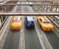 Taxis en el puente de Brooklyn Imagen de archivo libre de regalías