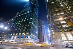 Taxis en la noche en Nueva York Imagen de archivo