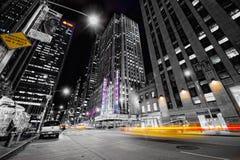Taxis en la noche en Nueva York Fotos de archivo libres de regalías
