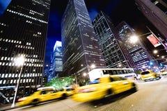 Taxis en la noche en Nueva York Foto de archivo