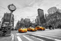 Taxis en la 5ta avenida, New York City Imagen de archivo libre de regalías