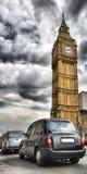 Taxis en Londres y ben grande Foto de archivo libre de regalías