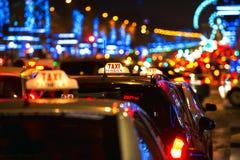 Taxis et lumières parisiens chez le Champs-Elysees à Paris, France Images libres de droits