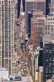 Taxis et véhicules sur une rue de New York images libres de droits