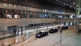 Taxis garés à l'entrée aéroport de Salonique, Grèce SKG banque de vidéos