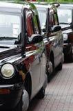 Taxis ingleses alineados encendido Foto de archivo