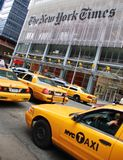 Taxis jaunes à l'extérieur du bâtiment de New York Times Images libres de droits