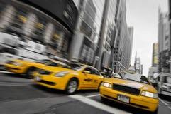 Taxis jaunes dans les rues de Manhattan image libre de droits