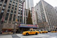 Taxis jaunes et trafic devant le théâtre de variétés par radio de ville Photo stock
