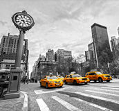 Taxis jaunes sur la 5ème avenue, New York City, Etats-Unis. Image stock