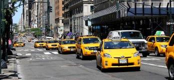 Taxis jaunes sur la 5ème avenue Image stock