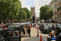 Taxis negros autorizados que demuestran contra Uber y TfL en Whitehall Londres - 10 de noviembre de 2014 Imágenes de archivo libres de regalías