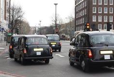 Taxis negros en Londres fotografía de archivo libre de regalías