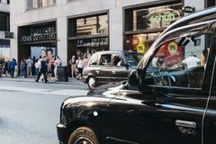 Taxis negros en Oxford Street, Londres, Reino Unido fotos de archivo libres de regalías