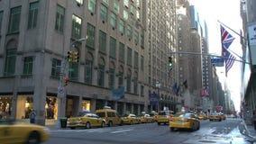 Taxis que conducen a través de las calles de Manhattan, New York City, los E.E.U.U. almacen de video