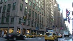 Taxis que conducen a través de las calles de Manhattan, New York City, los E.E.U.U. almacen de metraje de vídeo