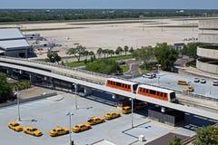 Taxis que esperan en el aeropuerto Foto de archivo libre de regalías