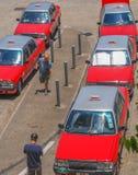 Taxis rouges attendant dans la ligne à la plate-forme photographie stock