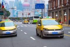 taxis sur la rue de Changhaï photos libres de droits