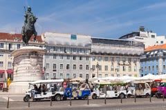 Taxis Tuk Tuk von Lissabon stehen auf Quadrat Stockbild