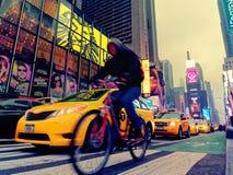 Taxis und Fahrrad im Verkehr von Times Square in Manhattan stockfotos