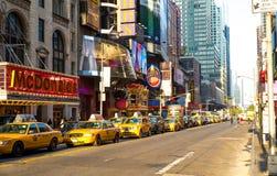 Taxis und Neon in der Stadtmitte Manhattan Stockbild