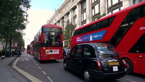 Taxis und roter Doppeldecker London transportiert das Fahren von letztem Selfridges, Oxford-Stra?e, London, England stock footage