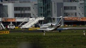 Taxis van het Cessnacitaat CJ2plus bij de luchthaven van Dusseldorf stock footage