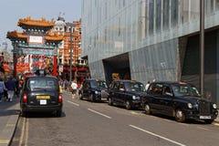 Taxis wartet am Eingang von Chinatown Stockfoto