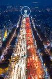 Taxis y luces parisienses en el Champs-Elysees en París, Francia Imagen de archivo libre de regalías