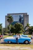 Taxista clássico do carro em Plaza de la Revolucion, Na de Biblioteca Foto de Stock Royalty Free