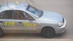 Taxista privado que descansa em seu carro estacionado com telefone celular à disposição A maioria de ordens s?o recebidas do expe vídeos de arquivo