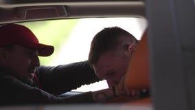 Taxista que estrangula criminal almacen de video