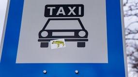 Taxitabell med hyenaklistermärkear i budapest royaltyfria bilder