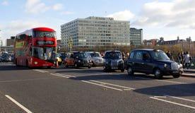 Taxitaxi i rörelse på den westminster bron Arkivbilder