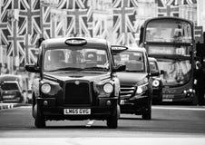 Taxitaxiar och bilar under fackliga Jack Flags Royaltyfri Fotografi