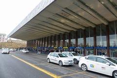 Taxitaxiar som väntar på Rome ändstationer - den centrala drevstationen i Rome Arkivbild