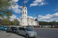 Taxitaxiar väntar i linje på domkyrkafyrkanten i Vilnius, Litauen Fotografering för Bildbyråer