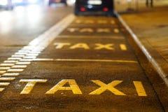 Taxitecken på asfalt Arkivbild